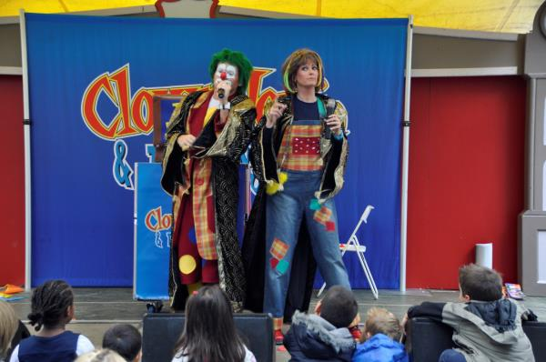 Clown Jopie en Tante Angelique proberen te toveren
